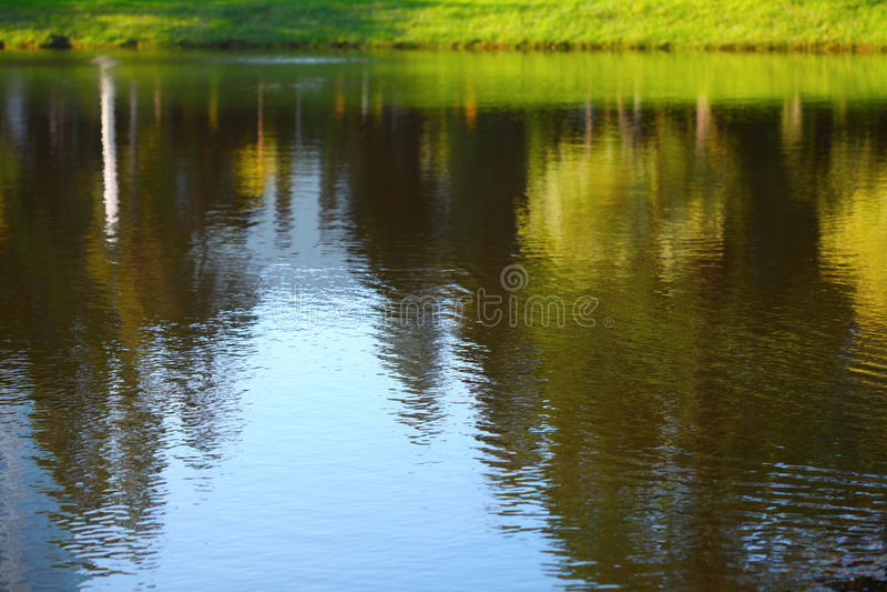 Landschap in water wordt weerspiegeld dat royalty-vrije stock afbeelding