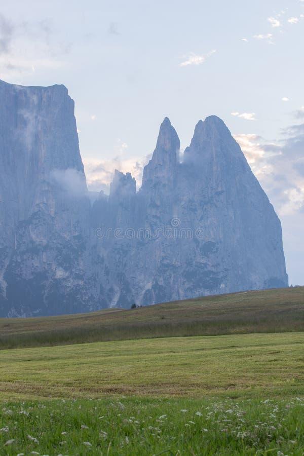 Landschappen op Alpe di Siusi met Schlern Mountain Group in Background en kleine hutten op het grasland in de zomer tijdens de zo stock foto