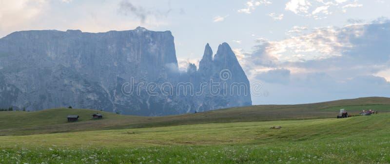 Landschappen op Alpe di Siusi met Schlern Mountain Group in Background en kleine hutten op het grasland in de zomer tijdens de zo royalty-vrije stock foto
