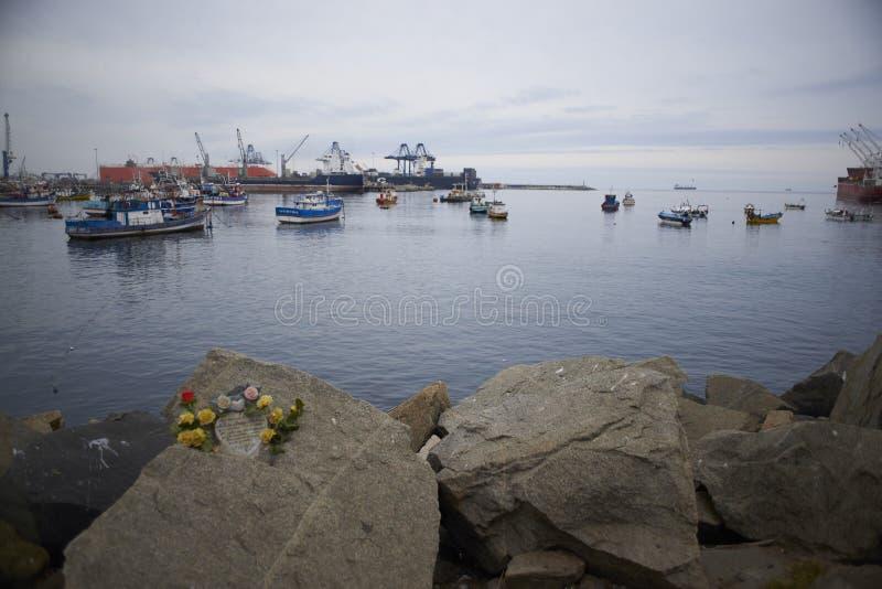 Landschappen van boten en de omgeving van de haven van San Antonio, Chili stock afbeelding