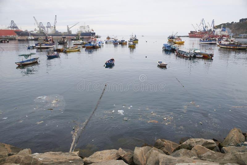 Landschappen van boten en de omgeving van de haven van San Antonio, Chili royalty-vrije stock foto's