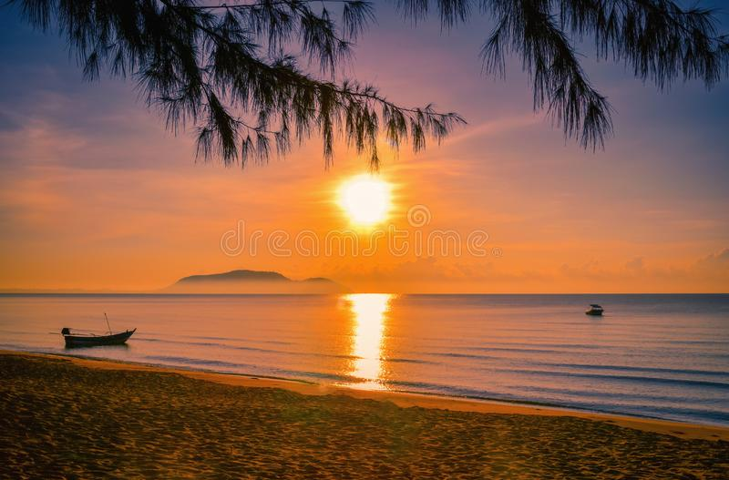 Landschappen van zonsondergang op het strand met kleurrijke hemel royalty-vrije stock foto's