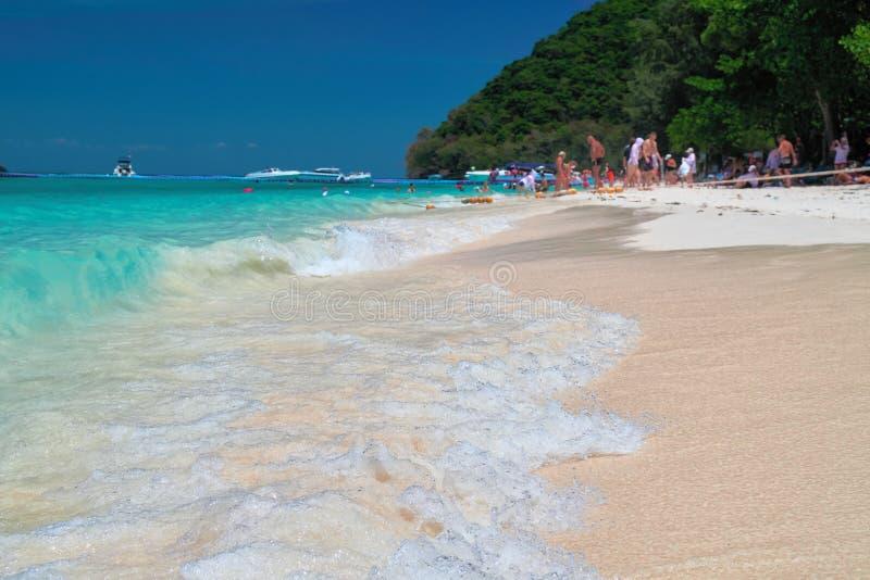 Landschaps exotisch tropisch strand met Transparante de golfbranding van vakantiegangersmensen in voorgrond Turkooise overzees, b royalty-vrije stock fotografie
