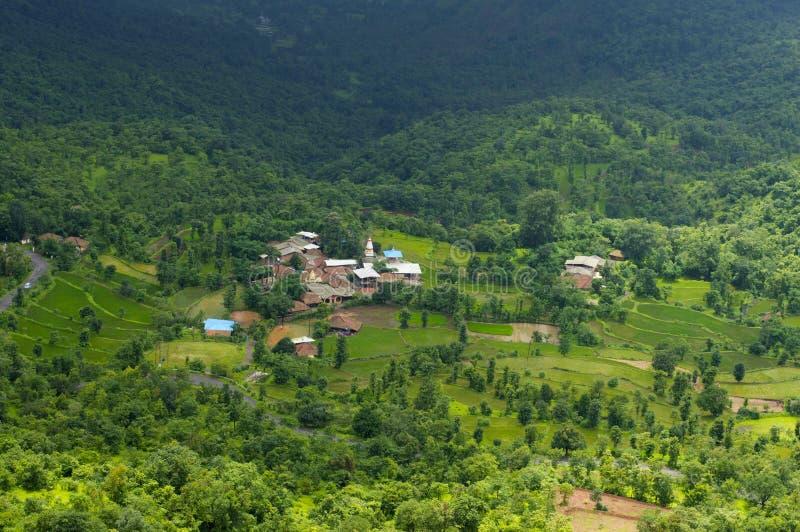 Landschaps hoogste mening van een dorp van Varandha ghat, Pune stock foto's