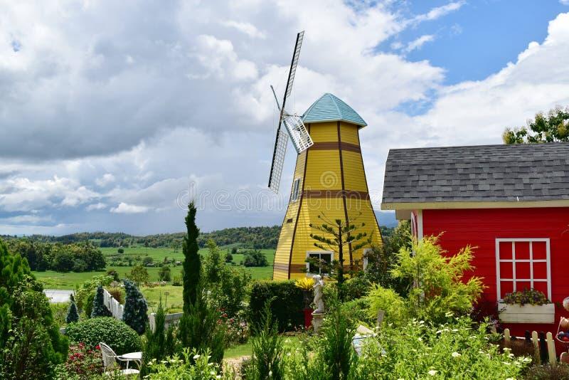 Landschaps mooie tuin voor windmolen royalty-vrije stock foto's
