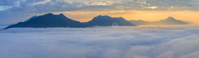 Landschaps nevelig panorama Fantastische dromerige zonsopgang op mounta royalty-vrije stock afbeelding