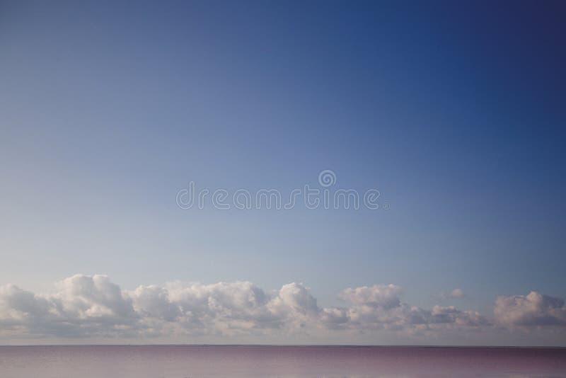 Landschaps roze zout meer stock afbeeldingen