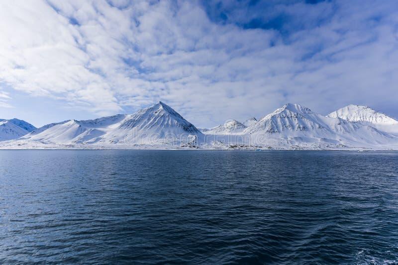 Landschapsaard van de bergen van zonsondergang van de de winter polaire dag van Spitsbergen Longyearbyen Svalbard de noordpool oc royalty-vrije stock foto
