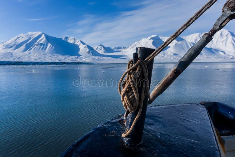 Landschapsaard van de bergen van zonsondergang van de de winter polaire dag van Spitsbergen Longyearbyen Svalbard de noordpool oc royalty-vrije stock foto's