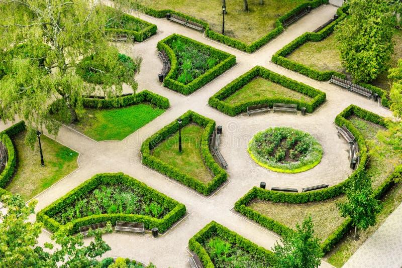 Landschapsarchitectuur - luchtmening aan het mooie park stock afbeelding