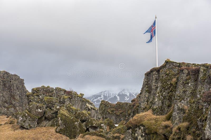 Landschapsbeeld van bergen en vulkanen en een Ijslandse vlag royalty-vrije stock afbeelding