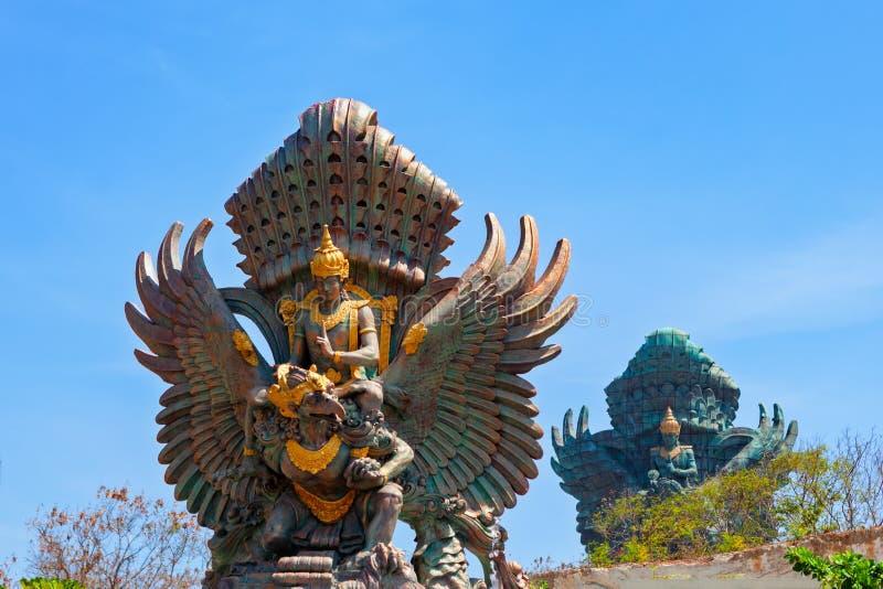 Landschapsbeeld van de oude standbeelden van Garuda Wisnu Kencana GWK als oriëntatiepunt van Bali met blauwe hemel als achtergron stock afbeeldingen