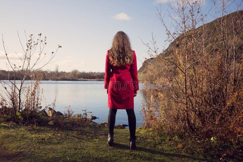 Landschapsbeeld van een vrouw die uit over Schotse Loch kijken royalty-vrije stock afbeelding