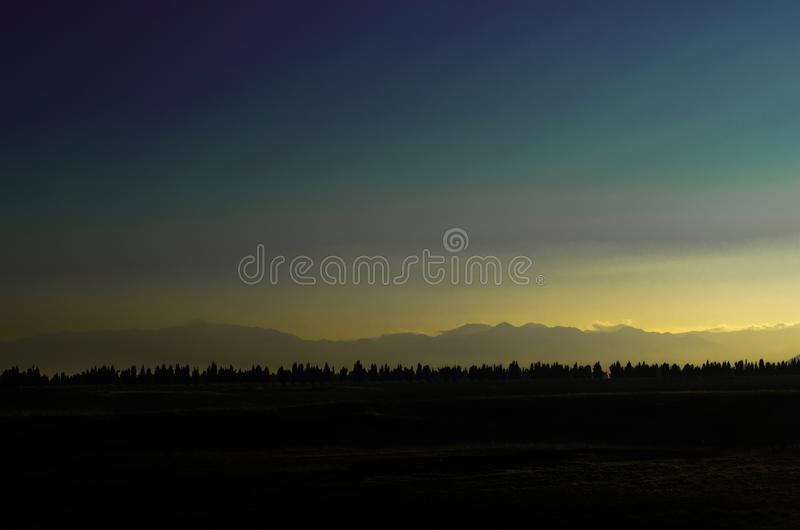 Landschapsbeeld van hout en bergen in de rug royalty-vrije stock foto's