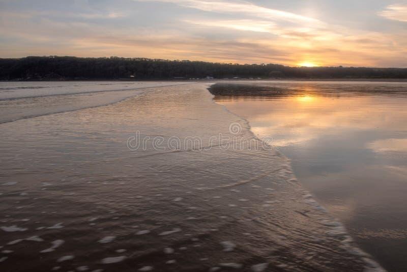 Landschapsbeeld van Oxwich-Baai bij zonsondergang in Gower Peninsula royalty-vrije stock afbeelding