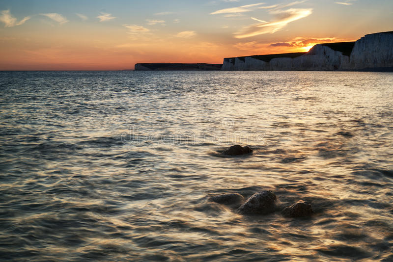 Landschapsbeeld van zonsondergang over Birling Gap in Engeland stock afbeeldingen