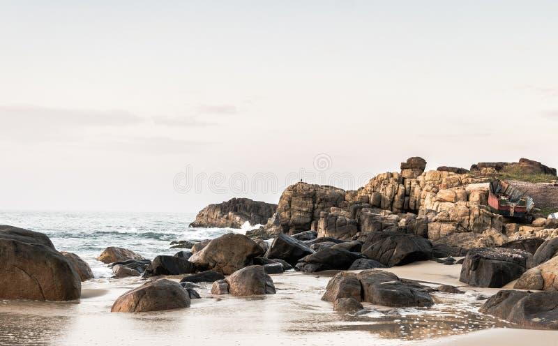 Landschapsfoto van rotsen op strand royalty-vrije stock afbeelding