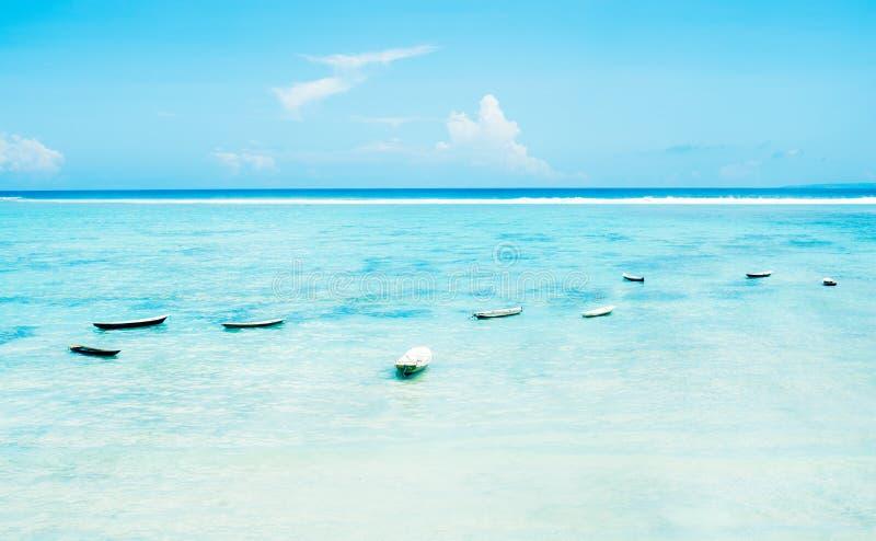 Landschapsmarine met vissersboten, wit zand en blauwe hemel royalty-vrije stock afbeeldingen