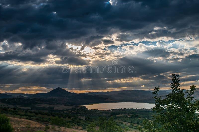 Landschapsmeer en zware wolk royalty-vrije stock afbeelding