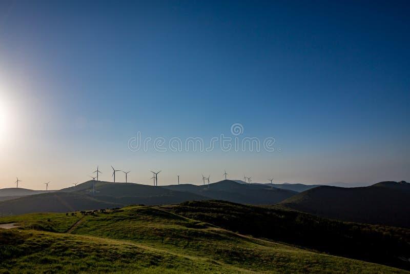 Landschapsmening met windturbines, Buzludzha stock foto's