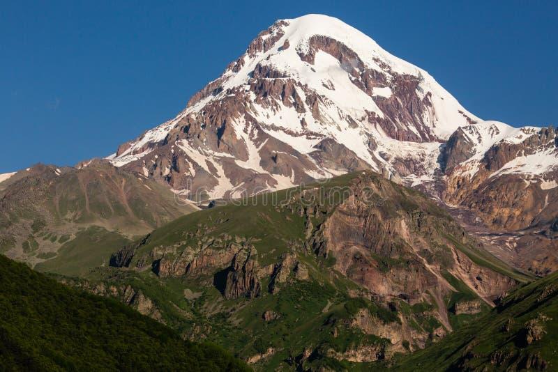 Landschapsmening van berg Kazbeg op zonsopgang, de bergen van de Kaukasus, Land van Georgië royalty-vrije stock foto