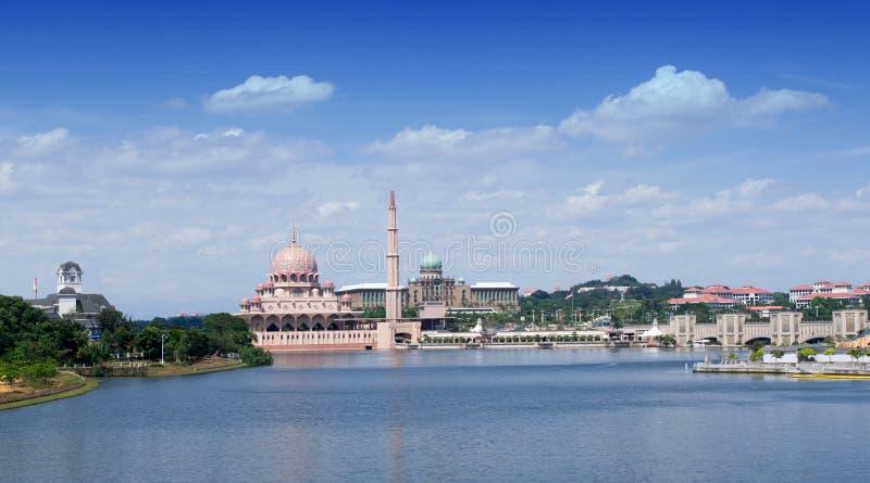 Landschapsmening van de moskee en het bureau de bouw van Putra van de eerste minister in Putrajaya, Maleisië tijdens ochtend Bui  royalty-vrije stock fotografie