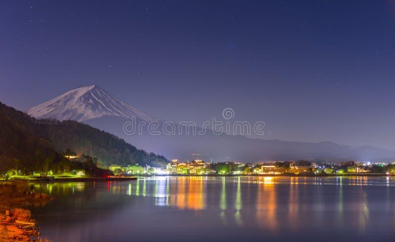 landschapsmening van Fuji-Berg en Kawaguchiko-meer bij nacht van Yamanashi-Prefectuur, Japan stock fotografie