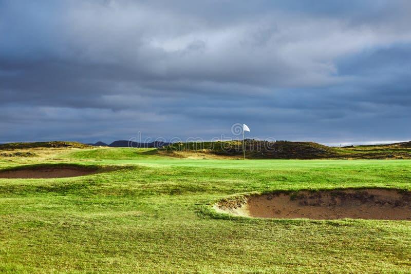 Landschapsmening van golfcursus in IJsland stock afbeeldingen