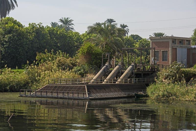 Landschapsmening van groot pompstation op rivier Nijl in Egypte royalty-vrije stock fotografie