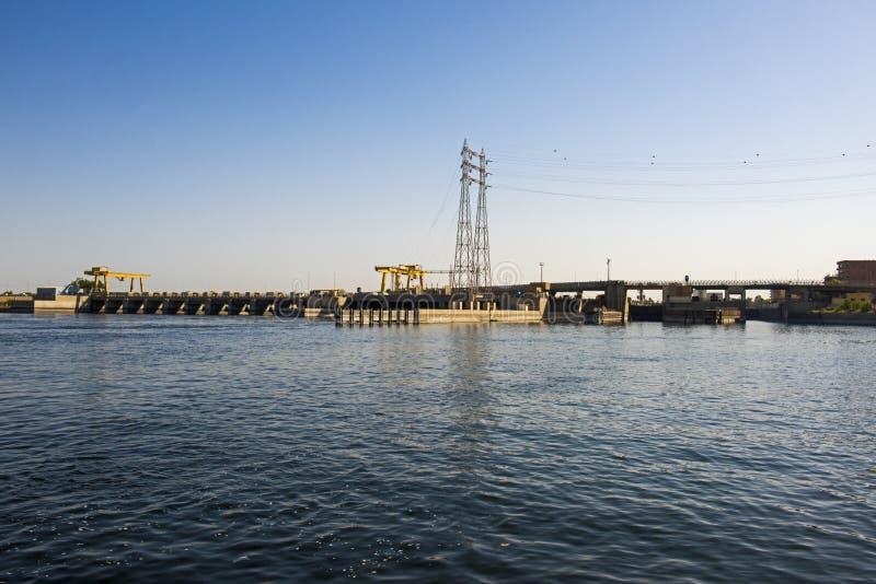 Landschapsmening van grote dam met slot op rivier Nijl in Egypte royalty-vrije stock fotografie