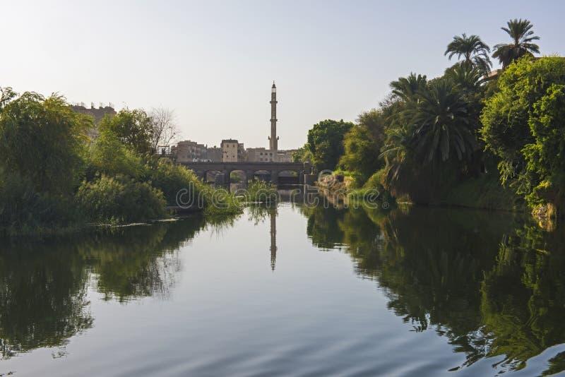 Landschapsmening van grote rivier Nijl in Egypte met moskee stock afbeelding