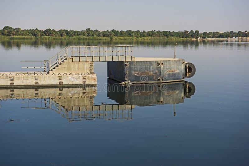 Landschapsmening van grote rivier Nijl in Egypte met ponton royalty-vrije stock foto's