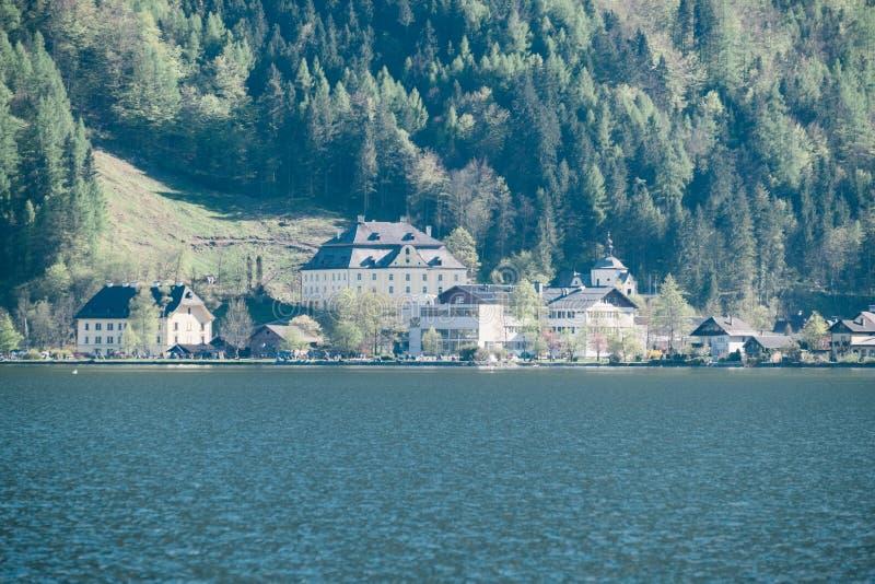 Landschapsmening van Hallstatt-stadshuizen met meer en de Oostenrijkse bergen van de Alp in Salzkammergut stock foto's