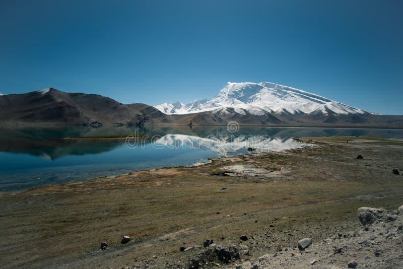 Landschapsmening van Karakul, Iconische bergspiegel met regelmatig meer in Xinjiang royalty-vrije stock fotografie