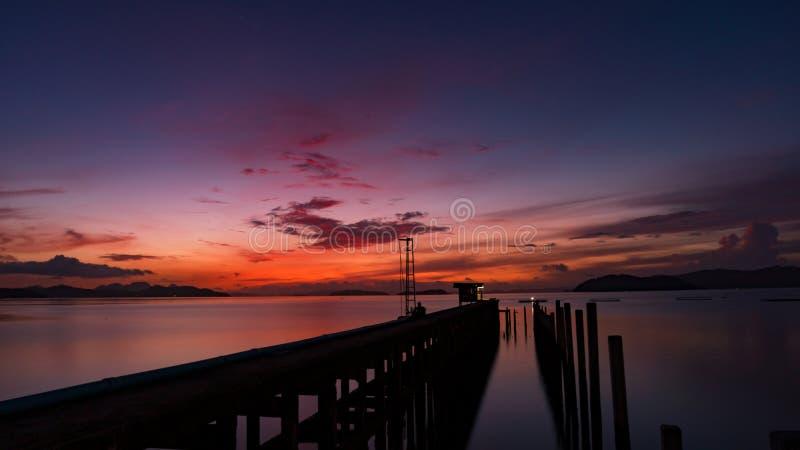 Landschapsmening van oude pier aan de overzeese mooie zonsopgang of de zonsondergang stock afbeeldingen