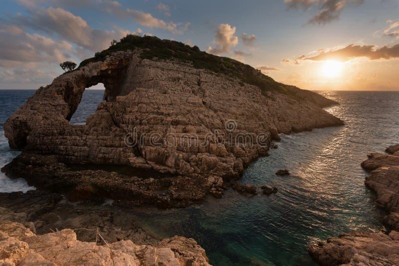 Landschapsmening van rotsachtige vormingen Korakonisi in Zakynthos, Griekenland Mooie de zomerzonsondergang, prachtig zeegezicht royalty-vrije stock afbeeldingen