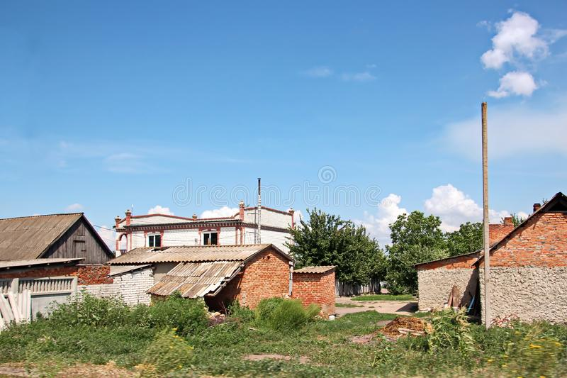 Landschapsmeningen van aard, gebieden, dorpen en wegen van de Oekraïne Weergeven van het autoraam wanneer het drijven stock foto
