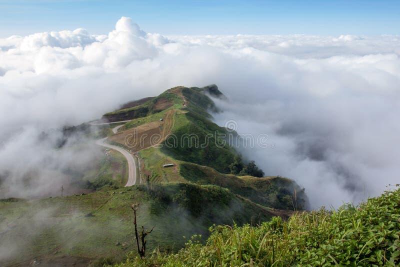 Landschapsmist en mooi berglandschap in Phutabberk Phet stock afbeeldingen