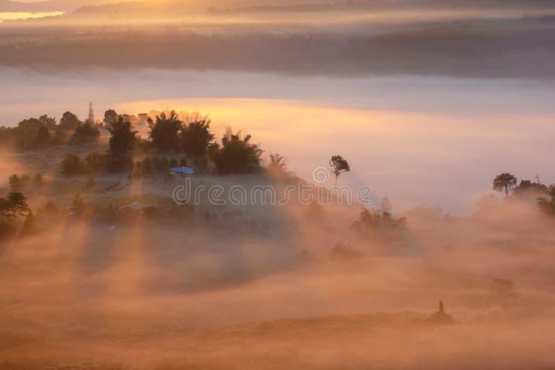 Landschapsmist in ochtendzonsopgang in Khao Takhian Ngo View Point royalty-vrije stock foto