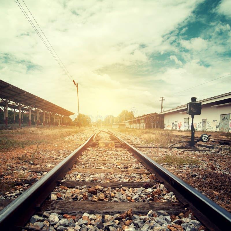 Landschapswijnoogst van spoorwegsporen bij station royalty-vrije stock foto