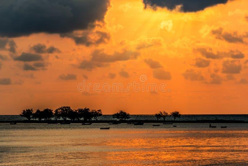 Landschapszonsondergang, de overzeese golven, vissersboot in Thailand stock foto's