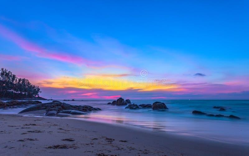 landschapszonsondergang op de rots bij het strand van Pilay Natai royalty-vrije stock afbeelding