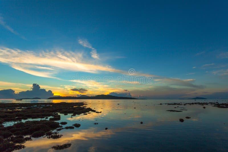 landschapszonsopgang boven het koraalrif Het koraalrif komt uit het water te voorschijn bij een verminderde waterspiegel stock foto's