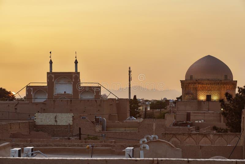 Landscspe de ville de Yazd en Iran avec le mausolée de Davazdah, coucher du soleil image libre de droits