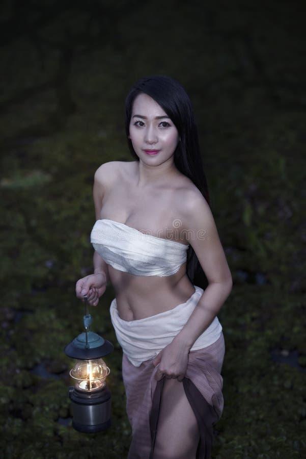 Landsflicka, stående av en lycklig ung asiatisk kvinna arkivfoton
