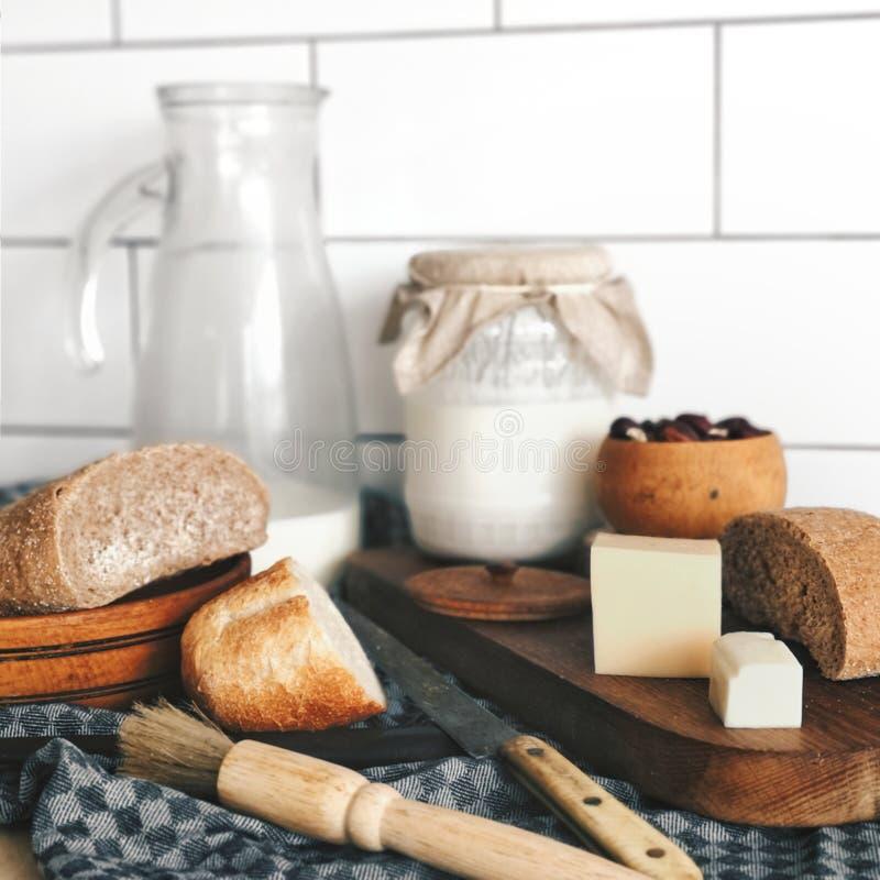 Landsfrukost - nytt bröd, mjölkar och ost arkivbild