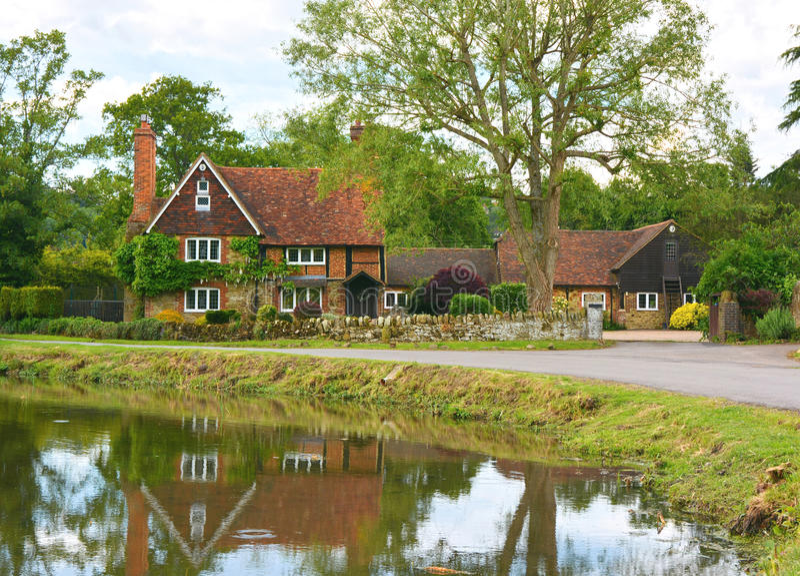 Landshus med dammet arkivbilder