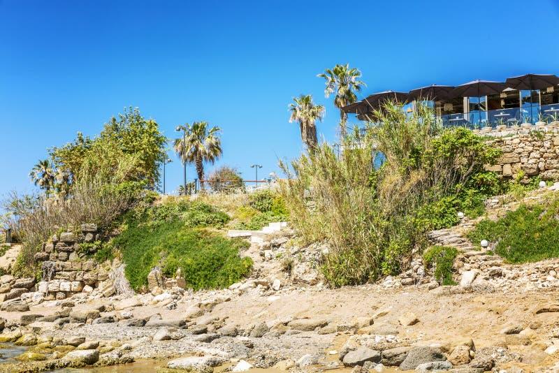 Landshus på den steniga kusten av havet Klar solig dag H?rligt landskap royaltyfria foton