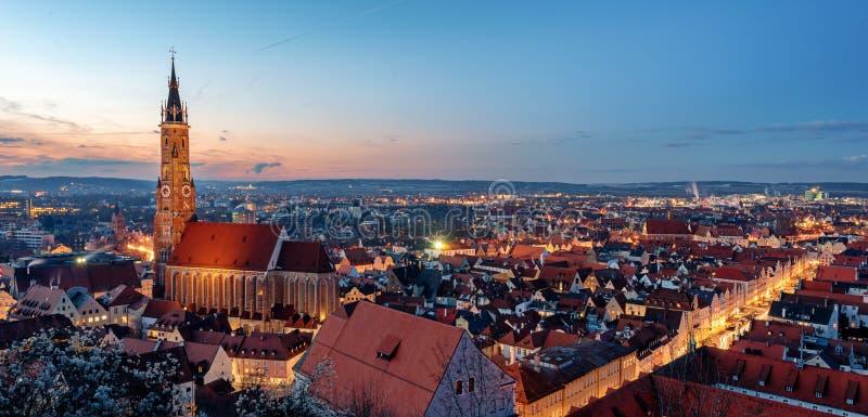 Landshut, Beieren, Duitsland, St Martin kathedraal en de gotische Oude stad op zonsondergang stock foto