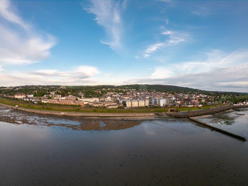 Landsida, flygvy på hus nära kusten av Irländska sjön i Belfast Northern Ireland Cloudy himmel över havet arkivfoton